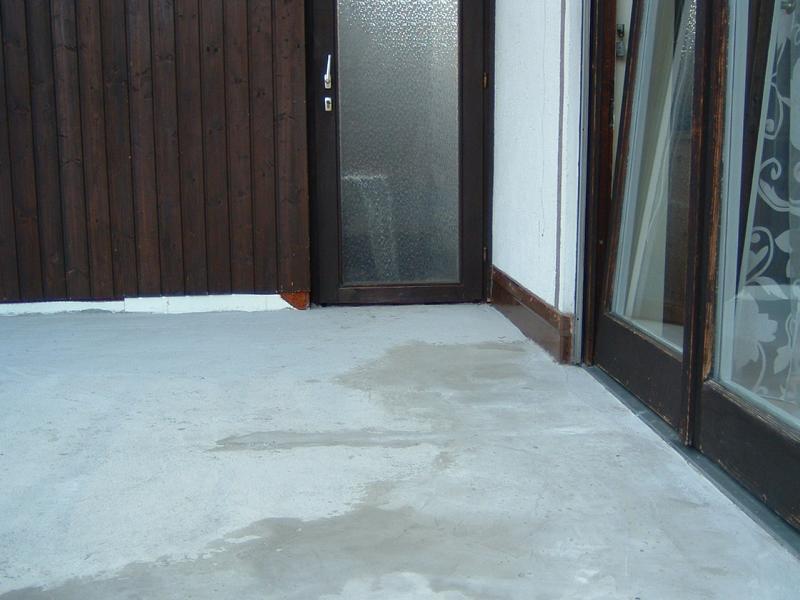 72_Fehlende-Bewegungsfugen-auf-einer-Außenfläche-in-Seeg_Tür-zu-Gang-und-SZ-Fenster